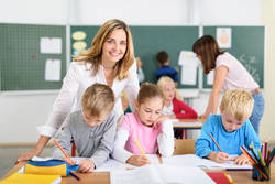 Lehrerin mit Kinder im Klassenraum