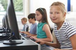 Kinder arbeiten am Computer